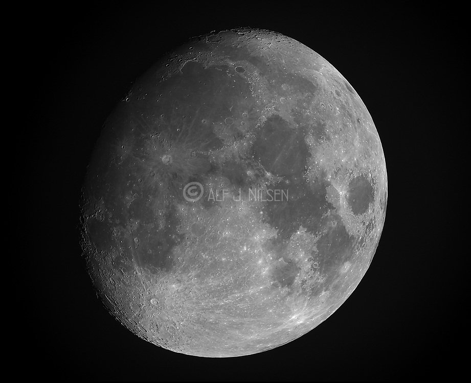 Goibbous moon on early morning 27th November 2020 from south-western Norway.