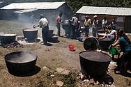 Preparazione del pranzo per migliaia di partecipanti. Durante le giornate di festival, hanno offerto cibo a tutti a offerta libera.