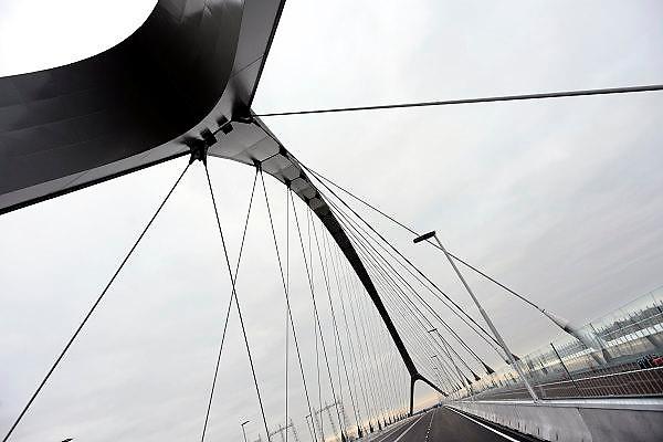 Nederland, Nijmegen, 23-11-2013Zaterdag is de nieuwe stadsbrug van de stad Nijmegen, de Oversteek, in gebruik genomen, geopend. Op de foto neemt het publiek de brug in bezit. Vanaf middernacht het autoverkeer over de brug rijden. Ongeveer 10.000 mensen liepen naar de andere kant en terug.  De brug is vernoemd naar de heldhaftige oversteek van de rivier de Waal die Amerikaanse soldaten op dit punt maakten tijdens de operatie Market Garden in de tweede wereldoorlog om met succes de oude Waalbrug te veroveren. De overspanning is een belangrijke schakel in de ontlasting van de stad van het doorgaande verkeerDe Oversteek is een boogbrug van 285 meter lang en 60 meter hoog en is de op een na langste hoofd overspanning van Nederland, en de grootste boogbrug van Europa met een enkelvoudige boog.De brug wordt 23 november in gebruik genomen.De nieuwe oeververbinding moet zorgen voor een betere spreiding en doorstroming van verkeer binnen de stad Nijmegen. Na 75 jaar is er eindelijk een tweede vaste verbinding voor de stad. De oude waalbrug krijgt vanaf eind dit jaar groot onderhoud, waarna de volle capaciteit van beide bruggen pas gebruikt kan worden. De skyline van de stad is veranderd.De brug is een ontwerp van de Belgische architecten Ney en Paulissen. Foto: Flip Franssen/Hollandse Hoogte