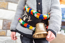 THEMENBILD - ein Alperer mit einer Glocke um den Bauch. In Krimml hat sich der Brauch des Alperns erhalten, den man anderswo kaum noch kennt. Am Wochenende um Martini ziehen Buben mit Kuhglocken von Haus zu Haus. Das laute Läuten soll böse Geister vertreiben. Die Alperer sind zwischen acht und 14 Jahren alt. Sie besuchen dabei rund 150 Haushalte, aufgenommen am 12. November 2016, Krimml, Österreich // In Krimml, the tradition of Alpern have been preserved, which are hardly known elsewhere. At the weekend around Martini, boys with cowbells move from house to house. The loud ringing is to drive out evil spirits. The Alperers are between eight and 14 years old. They visit about 150 households, Krimml, Austria on 2016/11/12. EXPA Pictures © 2016, PhotoCredit: EXPA/ JFK