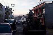 Esercito segue un auto dell'autodifesa.