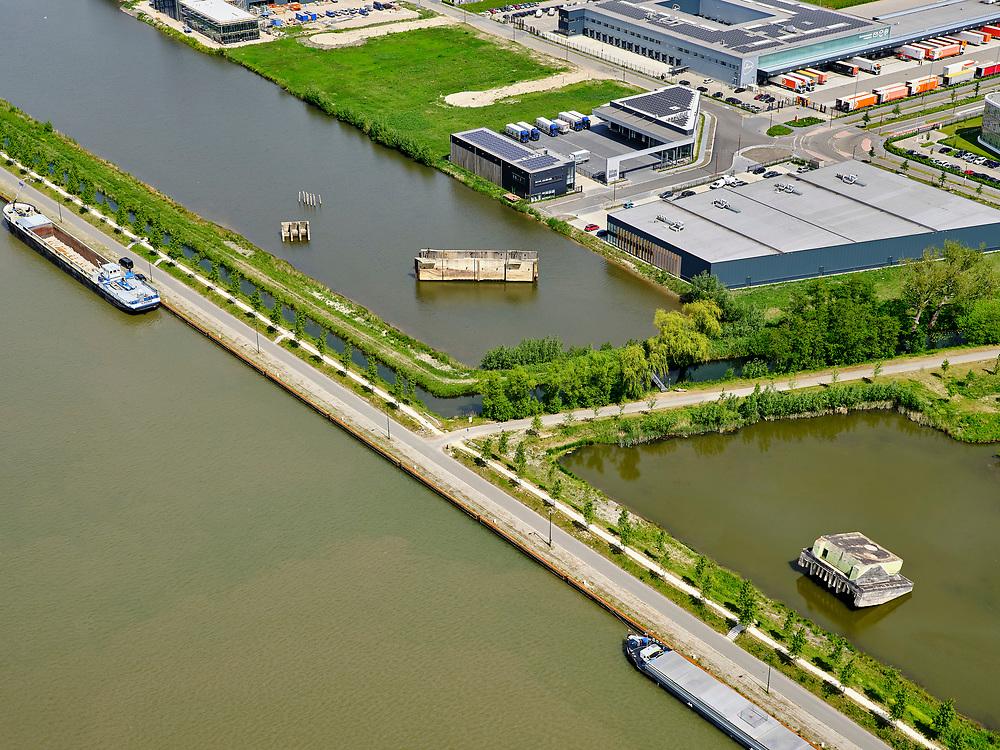 Nederland, Utrecht, Nieuwegein; 14–05-2020; Lekkanaal en Schalkwijkse Wetering. Het Lekkanaal is verbreed, monumentale objecten van de Nieuw Hollandse Waterlinie (NHW) zijn (deels) verplaatst en zichtbaar gemaakt.<br /> Lek channel and Schalkwijkse Wetering. The Lek Canal has been widened, monumental objects of the New Holland Water Line (NHW) have been (partly) moved and made visible.<br /> <br /> luchtfoto (toeslag op standaard tarieven);<br /> aerial photo (additional fee required)<br /> copyright © 2020 foto/photo Siebe Swart