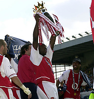 Foto: Peter Spurrier, Digitalsport<br /> NORWAY ONLY<br /> <br /> 15/05/2004  - 2003/04 Premiership Football - Arsenal v Leicester City<br /> <br /> Sol Campbell shows to the North Bank crowd