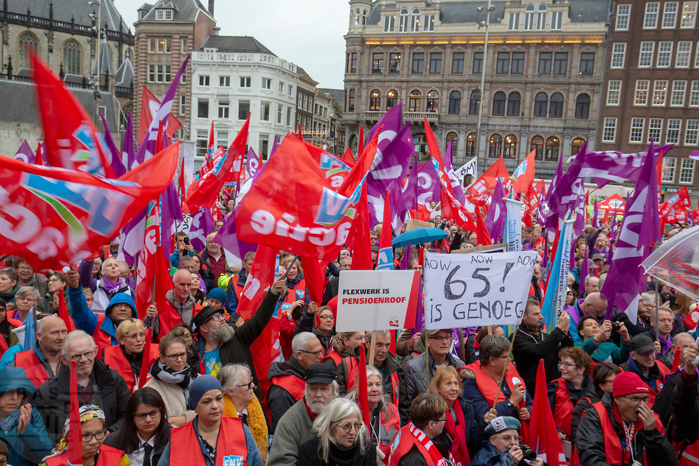 In Amsterdam wordt door de vakbond CNV samen met het FNV onder de noemer #naardedam een grote manifestatie gehouden voor een sociaal Nederland en tegen het beleid van de regering waarbij veel geld naar grote bedrijven en de aandeelhouders gaat in plaats van naar de bevolking. <br /> <br /> In Amsterdam trade unions CNV and FNV held a big demonstration against the Dutch government. According to the unions too much money is going to big companies and their shareholders instead of to a social country.