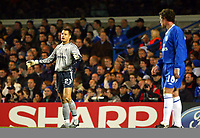 Photograph: Scott Heavey.<br />Chelsea v Lazio. Uefa Champions League. 22/10/2003.<br />Carlo Cudicini complains to hi defence after the opening goal