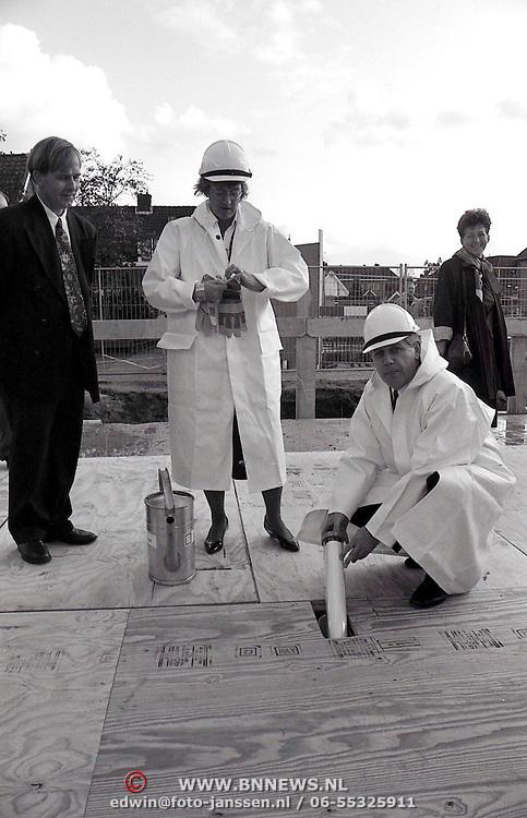 NLD/Huizen/19921016 - Winkelcentrum Huizen 1e officiele handeling door burgemeester Hoekzema en wethouder Margot Dierick, laten een capsule in beton verdwijnen