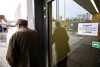 Bialystok, 12.03.2020. W zwiazku z zagrozeniem koronawirusem, od piatku (13.03) - do odwolania - Uniwersytecki Szpital Kliniczny w Bialymstoku wstrzymuje planowe zabiegi we wszystkich swoich klinikach i oddzialach N/z tablice informujace o dzialaniu szpitala podczas epidemii koronawirusa fot Michal Kosc / AGENCJA WSCHOD