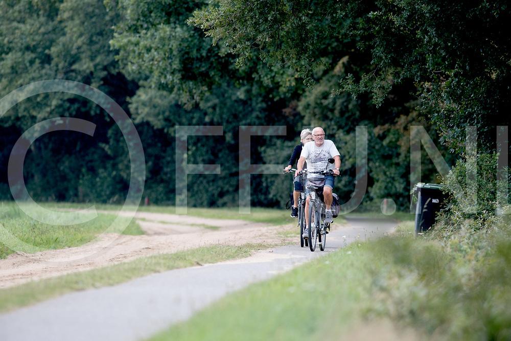 DALFSEN - Fietspad in verval.<br /> Foto: Fietspad tussen Mooi Rivier en Dalfse langs de Oude Oever is in verval.<br /> FFU PRESS AGENCY COPYRIGHT FRANK UIJLENBROEK