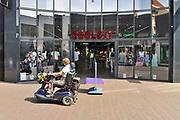 Nederland, Ede, 28-5-2017Sinds een jaar zijn de winkels in deze plaats in de nederlandse biblebelt ook op zondag geopend. Er wordt maar weinig gebruik van gemaakt. Vanwege geloofsovertuiging was er veel weerstand tegen dit besluit van de gemeenteraad. Een filiaal van modeketen Coolcat.