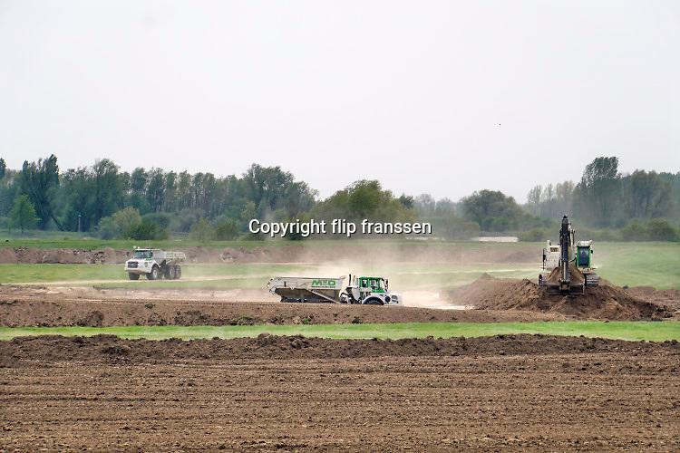 Nederland, Andelst, 23-4-2019De herinrichting van het nieuwe natuurgebied de Loenensche Buitenpolder in opdracht van Rijkswaterstaat en Staatsbosbeheer is in uitvoering. Nieuwe riviernatuur wordt gemaakt door het maken van nieuwe poelen en geulen die na doorsteken van de zomerdijk, de oever, in verbinding staan met de rivier de Waal. Martens en van Oord is de uitvoerder van dit omvangrijke waterproject in het kader van ruimte voor de rivier . Waterschap rivierenland, provincie Gelderland, gemeente Overbetuwe en Waalweelde participeren .Foto: Flip Franssen