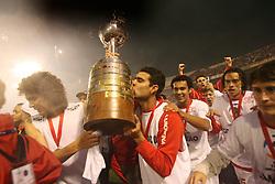 Elder Granja e equipe carregam a taça de campeão da Copa Libertadores 2006. Foto: Jefferson Bernardes/Preview.com