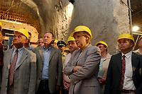 22 JUL 2003, LAUENSTEIN/GERMANY:<br /> Angela Merkel, CDU Bundesvorsitzende und CDU/CSU Fraktionsvorsitzende, besucht die Grossbaustelle des Hochwasserschutzbeckens Mueglitztal<br /> IMAGE: 20030722-01-006<br /> KEYWORDS: Müglitztal, Bauhelm, Helm