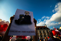Bialystok, 20.08.2020. Marsz solidarnosci z Bialorusia przeszedl z centrum miasta pod siedzibe Konsulatu Generalnego Bialorusi. Organizatorami marszu byli BIalorusini pracujacy i uczacy sie w Bialymstoku, ktorych liczbe ocenia sie na ok 10 tys N/z uczestnicy marszu, plakat z Lukaszenka OMON to nie zabawka fot Michal Kosc / AGENCJA WSCHOD