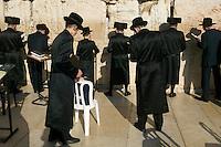 21/Octubre/2005. Israel. Jerusalén.<br /> Judíos ortodoxos rezando en el Muro de las Lamentaciones.<br /> <br /> © JOAN COSTA