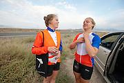 Teammanager Karlien Kleissen (links) praat met Lieske Yntema na de val. Op maandagochtend vinden de kwalificaties plaats. Het team slaagt er door valpartijen niet in om de rijders en de VeloX V te kwalificeren. Het Human Power Team Delft en Amsterdam (HPT), dat bestaat uit studenten van de TU Delft en de VU Amsterdam, is in Amerika om te proberen het record snelfietsen te verbreken. Momenteel zijn zij recordhouder, in 2013 reed Sebastiaan Bowier 133,78 km/h in de VeloX3. In Battle Mountain (Nevada) wordt ieder jaar de World Human Powered Speed Challenge gehouden. Tijdens deze wedstrijd wordt geprobeerd zo hard mogelijk te fietsen op pure menskracht. Ze halen snelheden tot 133 km/h. De deelnemers bestaan zowel uit teams van universiteiten als uit hobbyisten. Met de gestroomlijnde fietsen willen ze laten zien wat mogelijk is met menskracht. De speciale ligfietsen kunnen gezien worden als de Formule 1 van het fietsen. De kennis die wordt opgedaan wordt ook gebruikt om duurzaam vervoer verder te ontwikkelen.<br /> <br /> The qualifying on Monday. The team didn't qualify due to crashes. The Human Power Team Delft and Amsterdam, a team by students of the TU Delft and the VU Amsterdam, is in America to set a new  world record speed cycling. I 2013 the team broke the record, Sebastiaan Bowier rode 133,78 km/h (83,13 mph) with the VeloX3. In Battle Mountain (Nevada) each year the World Human Powered Speed Challenge is held. During this race they try to ride on pure manpower as hard as possible. Speeds up to 133 km/h are reached. The participants consist of both teams from universities and from hobbyists. With the sleek bikes they want to show what is possible with human power. The special recumbent bicycles can be seen as the Formula 1 of the bicycle. The knowledge gained is also used to develop sustainable transport.
