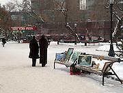 Gemaelde Verkauf auf einer Parkbank in der sibirischen Hauptstadt Nowosibirsk.<br /> <br /> Paintings for sale on a bench in the center of the Sibirian capital Novosibirsk.