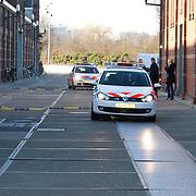 NLD/Amsterdam/20120117 - Perspresentatie Moordvrouwen, aankomst cast in 2 politieauto's