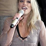 NLD/Amsterdam/20081001 - Lunchconcert musical Piaf Hotel, Daphne Flint zingend