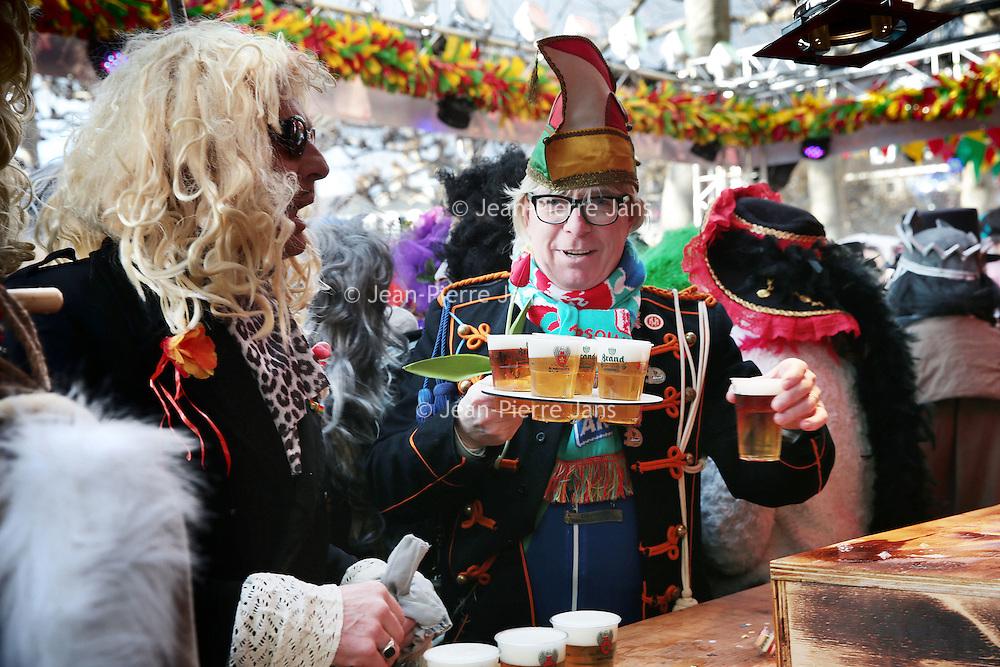 Nederland, Maastricht, 7 februari 2016.<br /> Carnaval in Maastricht.<br /> Zuid Nederland, Brabant en Limburg staan deze 3 dagen in het teken van Carnaval.<br /> Op de foto: Kastelijns moeten dit jaar bier tappen in plastic bekers zoals hier bij de Vogelstruys op het Vrijthof.<br /> <br /> <br /> <br /> <br /> Foto: Jean-Pierre Jans