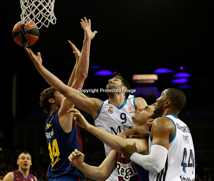epa03695308 Felipe Reyes (2nd L) and Marcus Slaughter (R) of Real Madrid vies for ball with  Ante Tomic (L) and Erazem Lorbek (2nd R) of FC Barcelona Regal during their Euroleague Basketball Final Four semi final match FC Barcelona Regal against Real Madrid at O2 Arena in London, Britain, 10 May 2013.  EPA/KERIM OKTEN