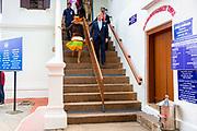 Zijne Majesteit Koning Willem-Alexander en Hare Majesteit Koningin Máxima brengen op uitnodiging van president Ram Nath Kovind een staatsbezoek aan de Republiek India.<br /> <br /> His Majesty King Willem-Alexander and Her Majesty Queen Máxima on a state visit to the Republic of India at the invitation of President Ram Nath Kovind.<br /> <br /> Op de foto / On the photo:  Koning Willem-Alexander en koningin Maxima bezoeken Mattancherry Palace in Kochi King Willem-Alexander and Queen Maxima visit Mattancherry Palace in Kochi