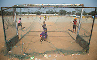 RAIPUR (INDIA) - kinderen spelen voor het International Hockey Stadium van Raipur, waar de Hockey World League finale van wordt gespeeld, een partijtje hockey. De meesten met een stok of plank. ANP KOEN SUYK