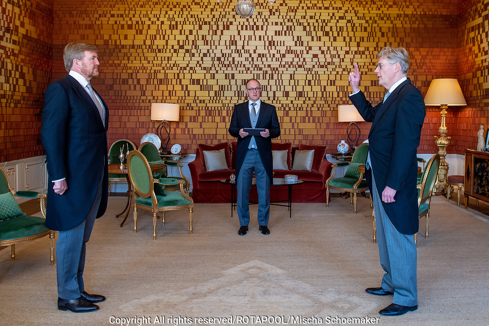 Beediging minister voor Medische zorg Martin van Rijn op Huis ten Bosch in de DNA Kamer door Koning Willem Alexander<br /> <br /> Voormalig staatssecretaris en PvdA'er Martin van Rijn tijdelijk de nieuwe minister voor Medische zorg wordt. Hij volgt VVD'er Bruno Bruins op, die wegens oververmoeidheid zijn taak neer moest leggen.