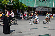 In Eindhoven rijdt een vrouw met kinderen achter haar aan op de fiets over het 18 septemberplein bij de Bijenkorf.<br /> <br /> In Eindhoven an woman cycles with children at the the city center.