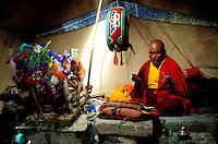 Inde - Province du Jammu Cachemire -  Ladakh - Plateau du Changtang -Moine officiant dans sa tente monastère