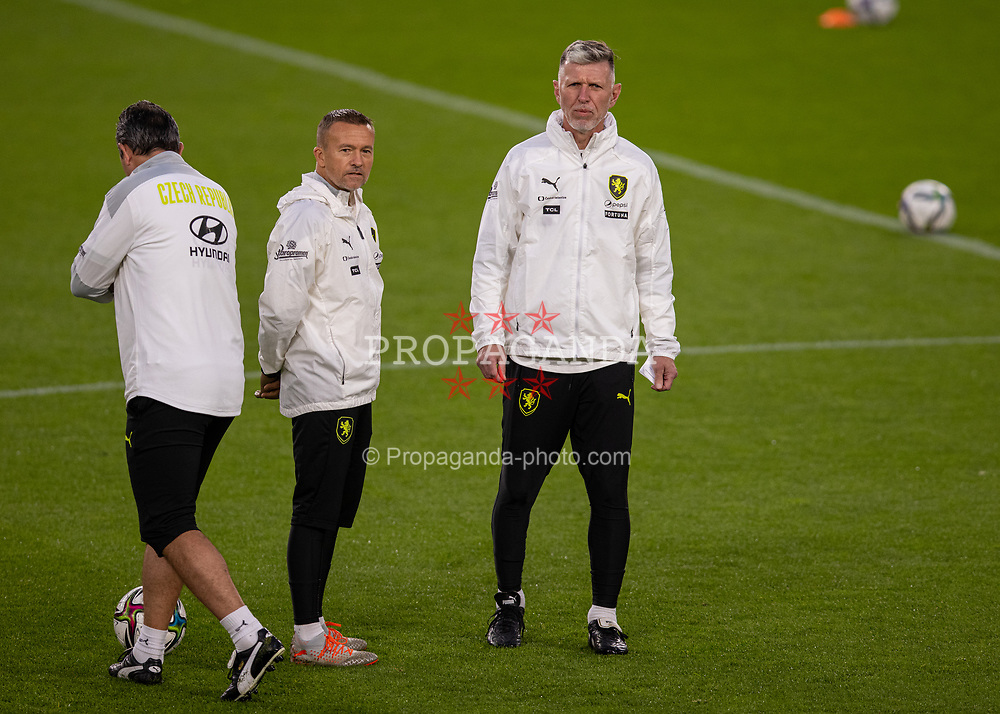 PRAGUE, CZECH REPUBLIC - Thursday, October 7, 2021: Czech Republic's head coach Jaroslav Šilhavý (R) during a training session ahead of the FIFA World Cup Qatar 2022 Qualifying Group E match between Czech Republic and Wales at the Sinobo Stadium. (Pic by David Rawcliffe/Propaganda)