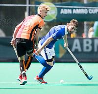 ROTTERDAM -  Ties Ceulemans (Kampong) met Joep de Mol (Oranje-Rood)   tijdens de wedstrijd om de derde plaats tegen Oranje Rood bij de ABN AMRO cup. COPYRIGHT KOEN SUYK
