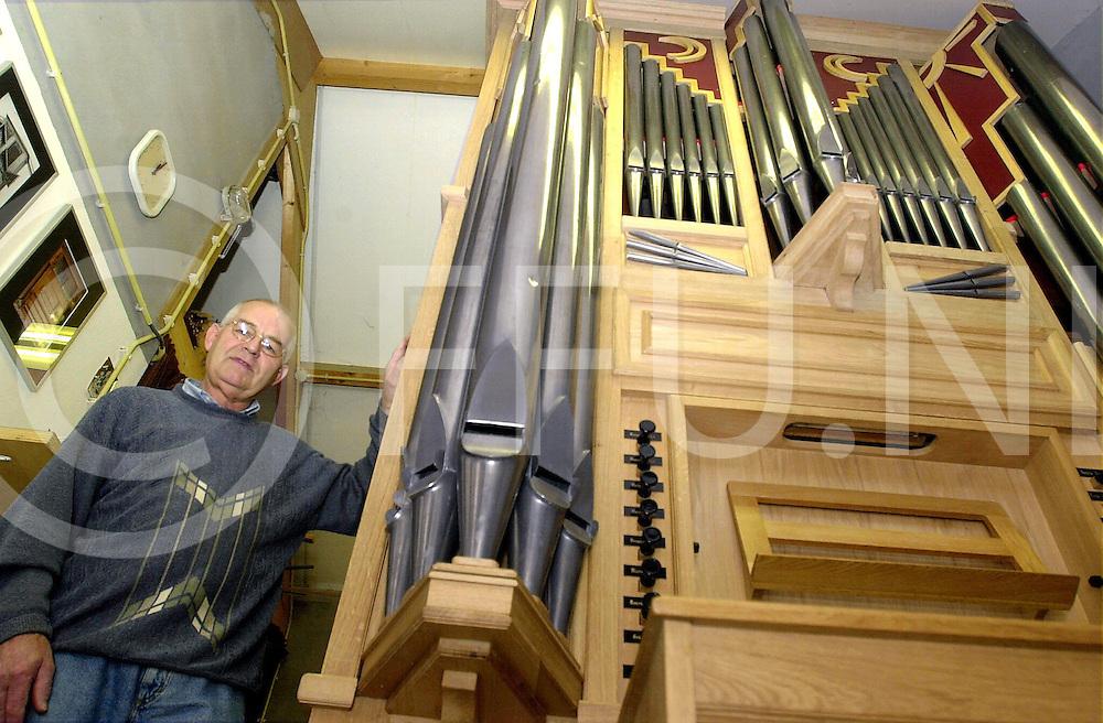 fotografie frank uijlenbroek©2001 frank brinkman.010914 nijverdal ned.henk hoekjan bouwt van verschillende onderdelen een kerkorgel