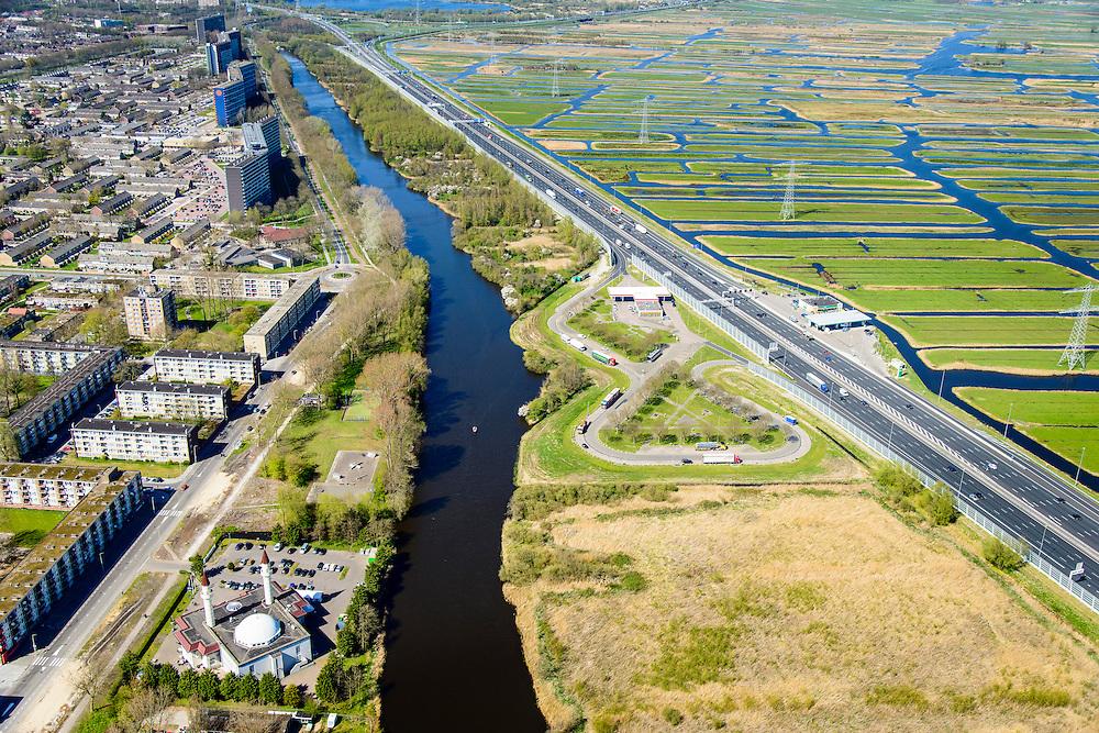 Nederland, Noord-Holland, Zaandam, 20-04-2015; de wijk Poelenburg, met de Sultan Ahmet Moskee en rijksweg A8 (Coentunnelweg). Aan de andere kant van de snelweg de Polder Oostzaan.<br /> Main road A8 near Zaandam on the border of a residential area and a polder.<br /> <br /> luchtfoto (toeslag op standard tarieven);<br /> aerial photo (additional fee required);<br /> copyright foto/photo Siebe Swart