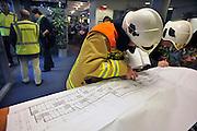 Nederland, Malden, 1-12-2011Ontruimingsoefening na brandalarm met ambulance, brandweer, politie en de geneeskundige hulpverlening bij ongevallen, ghor. Het scenario is opgebouwd rondom een brand in een verzorgingshuis. Het gaat om een bestuurlijke en operationele oefening. De oefening is bedoeld om de afspraken uit rampenbestrijdingsplannen in de praktijk te brengen om ervan te leren en de procedures verder te verbeteren.Foto: Flip Franssen/Hollandse Hoogte