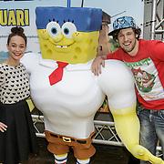 NLD/Amsterdam/20150125 - Premiere Spongebob in 3D - Sponge op het Droge, Anouk Maas en Bart Boonstra met Spongebob bord