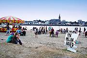 Nederland, The Netherlands, 22-7-2016Recreatie, ontspanning, cultuur, dans, theater en muziek in de binnenstad. Onlosmakelijk met de vierdaagse, 4daagse, zijn in Nijmegen de vierdaagse feesten, de zomerfeesten. Festival op het eiland, lent, veurlent,lentereiland,rivierpark . Talrijke podia staat een keur aan artiesten, voor elk wat wils. Een week lang elke avond komen ruim honderdvijftigduizend bezoekers naar de stad. De politie heeft inmiddels grote ervaring met het spreiden van de mensen, het zgn. crowd control. De vierdaagsefeesten zijn het grootste evenement van Nederland en verbonden met de wandelvierdaagse. Foto: Flip Franssen