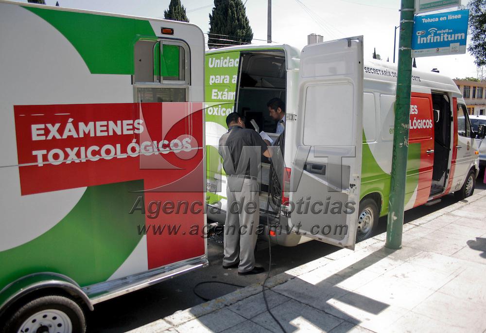 """Toluca, México.- La Secretaria del  Transporte con apoyo de policias municipales de Toluca, realizan sus primeras pruebas piloto """"Programa toxicológico y medición de alcohol a operadores de tranporte público"""" en diferentes puntos de la capital mexiquense. Agencia MVT / Arturo Hernández S."""
