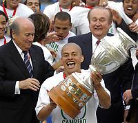 25/07/04 - LIMA - PERU -  COPA AMERICA PERU 2004 -  BRASIL - BRAZIL (5) win by penalty  over ARGENTINA (3) - BRAZIL CHAMPION CELEBRATION.<br />Brazilian Player N*10 ALEX receiving the cup aform FIFA President JOSEPH BLATTER and NICOLAS LEOZ President OF Conmebol.<br />©G.P./Argenpress.com