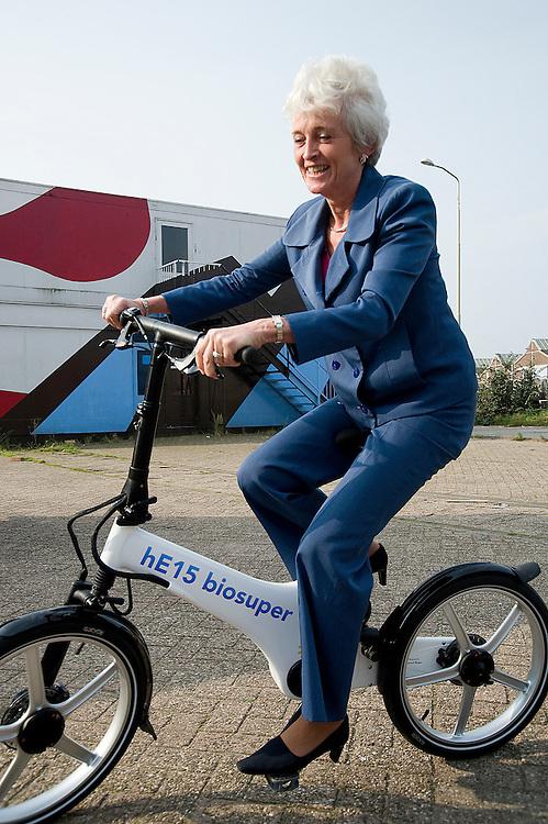 Nederland,  Amsterdam, 21 sept 2008.Autovrije dag Amsterdam. Bij het begin van de Schoner Vervoer Toer reed minister Jacqueline Cramer van Milieu op een fiets met electrische hulpmotor.( met reklame voor HE15 brandstof - benzine gemixed met ethanol). Foto (c) Michiel Wijnbergh