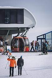 THEMENBILD - Skifahrer auf der Piste am Skigebiet Kitzsteinhorn, aufgenommen am 21. Oktober 2020 in Kaprun, Österreich // Skiers on the slopes at the Kitzsteinhorn ski resort, Kaprun, Austria on 2020/10/21. EXPA Pictures © 2020, PhotoCredit: EXPA/ JFK
