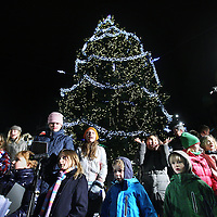 Nederland, amsterdam , 9 december 2010..De Kerstboom op de Dam werd verlicht onder vele belangstellenden..Op de voorgrond een koortje bestaande uit kinderen die kerstliederen zongen.Chistmas tree on the Dam in Amsterdam, children choir singing chrismas carols.