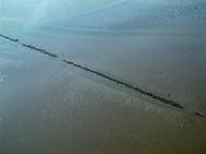 Luchtfoto (2002) van de restanten van de oude lage dam tussen Holwerd en Ameland. Deze dam was aangelegd tussen 1875 en 1878.