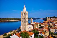 Croatie, baie de Kvarner, Ile et ville de Rab, enfilade des clochers // Croatia, Kvarner bay, island and city of Rab, succession of bell towers