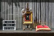 Nederland, Amsterdam, 7-5-2020 In een etalage  in de Jordaan is een bemoedigend advies te lezen . Houd moed en afstand . Vanwege de coronamaatregelen . Foto: Flip Franssen