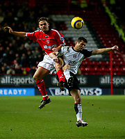 Fotball<br /> Premier League England 2004/2005<br /> Foto: BPI/Digitalsport<br /> NORWAY ONLY<br /> <br /> Charlton Athletic v Fulham <br /> FA Barclays Premiership<br /> 20/12/2004<br /> <br /> Luke Young of Charlton (L) battles with Tomasz Radzinski