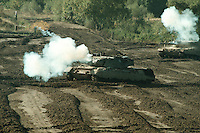 09 OCT 1995, MUNSTER/GERMANY:<br /> Kampfpanzer LEOPARD 2 der Bundeswehr, während einer Lehrvorführung der Panzertruppenschule Munster<br /> Tank LEOPARD 2 of the German Federal Armed Forces, during a trainig performance<br /> IMAGE: 19951009-01/01-08<br />  <br />  <br />  <br /> KEYWORDS: Streikräfte, army, Waffen, wappon, Panzer