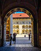 Wejście na dziedziniec zamku na Wawelu, Kraków, Polska<br /> Entrance to the courtyard of the Wawel Castle, Cracow, Poland