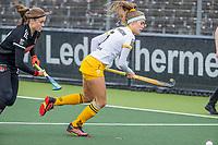 AMSTELVEEN -  Danique van der Veerdonk (DenBosch) met Michelle Fillet (Adam)  tijdens  de hoofdklasse hockey competitiewedstrijd dames, Amsterdam-Den Bosch (0-1)  COPYRIGHT KOEN SUYK