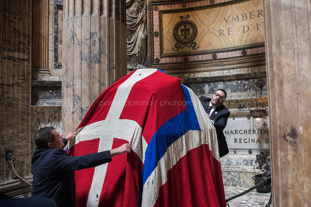 ROME, ITALY - 29 JULY 2014: Honor Guards to the royal tombs of the Pantheon covercover the tomb of Umberto I (King of Italy from 1878 until his death on July 29th 1900) with the flag of the Kingdom of Italy before  a mass to commemorate the anniversary of his death, in Rome, Italy, on July 29th 2014.<br /> <br /> The National Institute for the Honor Guards to the royal tombs of the Pantheon is a monarchic-oriented whose goal is to watch over the royal tombs at the Pantheon. Italy's first king, Vittorio Emanuele II and his son Umberto I, as well as Umberto's wife Queen Margherita are entombed in the Pantheon.