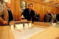 19.01.1999, Deutschland/Bonn:<br /> Peter Struck, SPD Fraktionsvorsitzender, und Michael Naumann, Kulturbeauftragter der Bundesregierung, stellen den jüngsten Entwurf des Holocaust Denkmals vor; Fraktion ssaal, Bundeshaus, Bonn<br /> IMAGE: 19990119-04/01-27